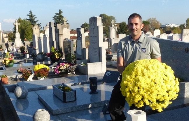 Lyon, le 29 octobre 2014 La société En Sa Mémoire, basée à Aix-en-Provence, a créé en 2008 un service d'entretien des tombes à distance. Flavien Jourdain (ci-contre) couvre toute la région Rhône-Alpes et réalise jusqu'à 15 interventions par jour.